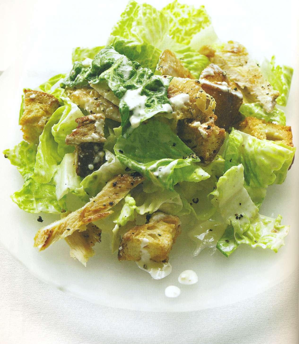 Готовить салат цезарь с курицей