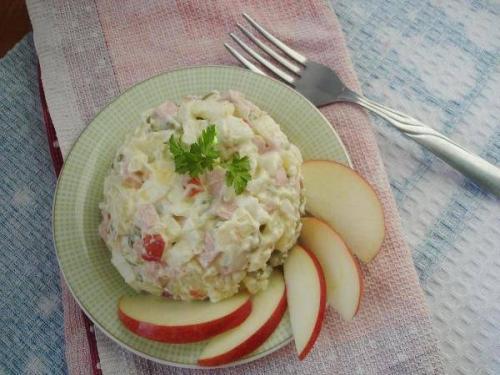 Салат с колбасой и яблоком рецепт