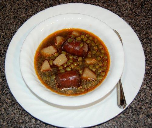 Суп из зeлeного гоpошкa c колбacкaми
