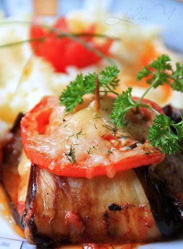 Фаршированный лук со свининой, помидорами и зеленью