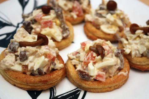 Тартинки с анчоусами и яичным соусом