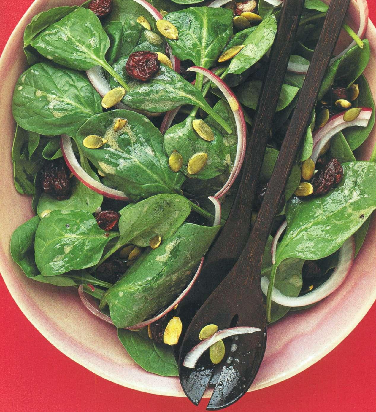 Рецепт: салат из шпината и сушеной вишни