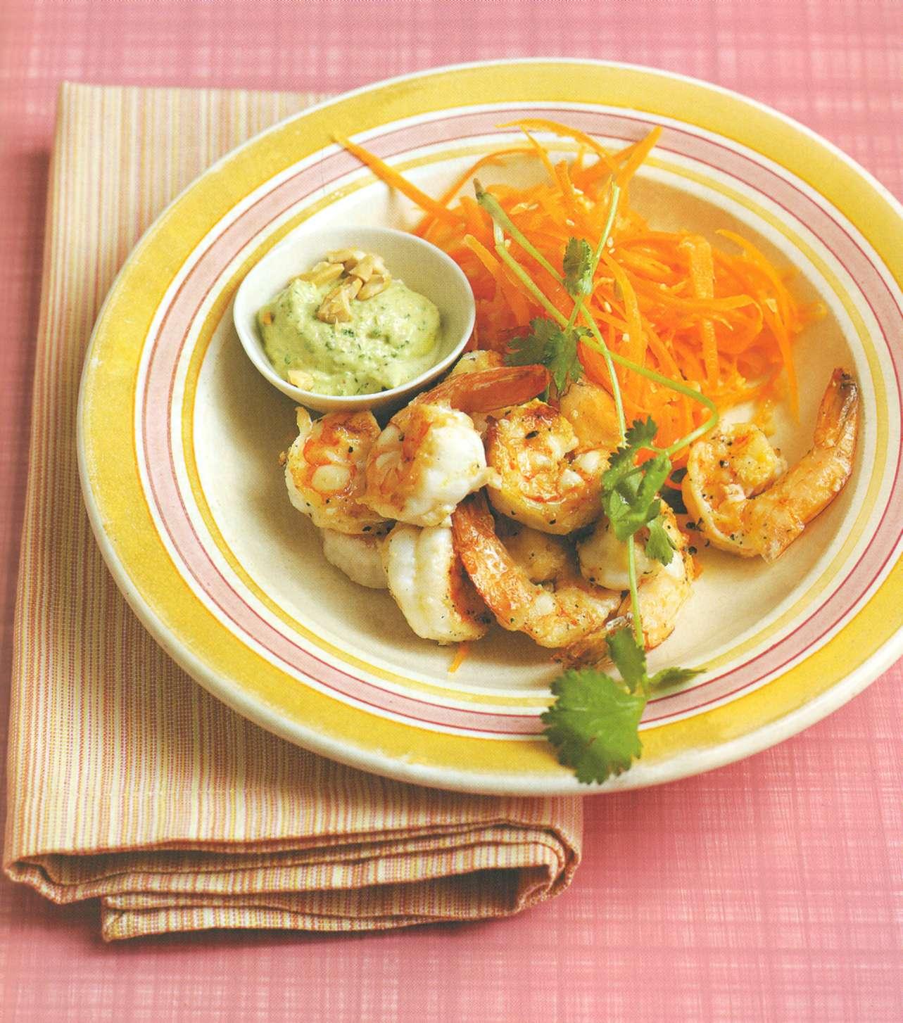 Рецепт: жареные на сковороде креветки с зеленым карри и орехами кешью