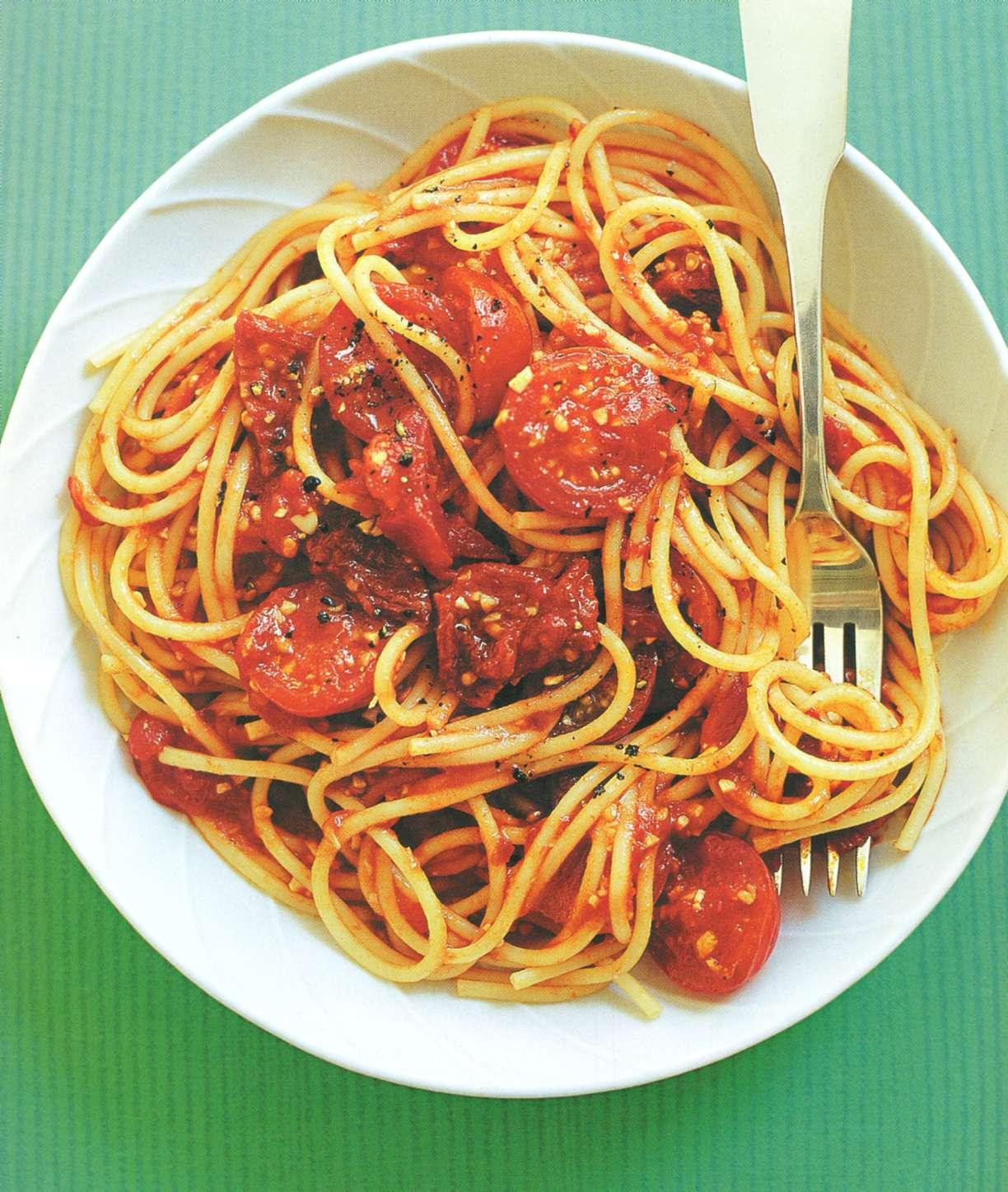 Рецепт: спагетти с соусом из трех сортов помидоров