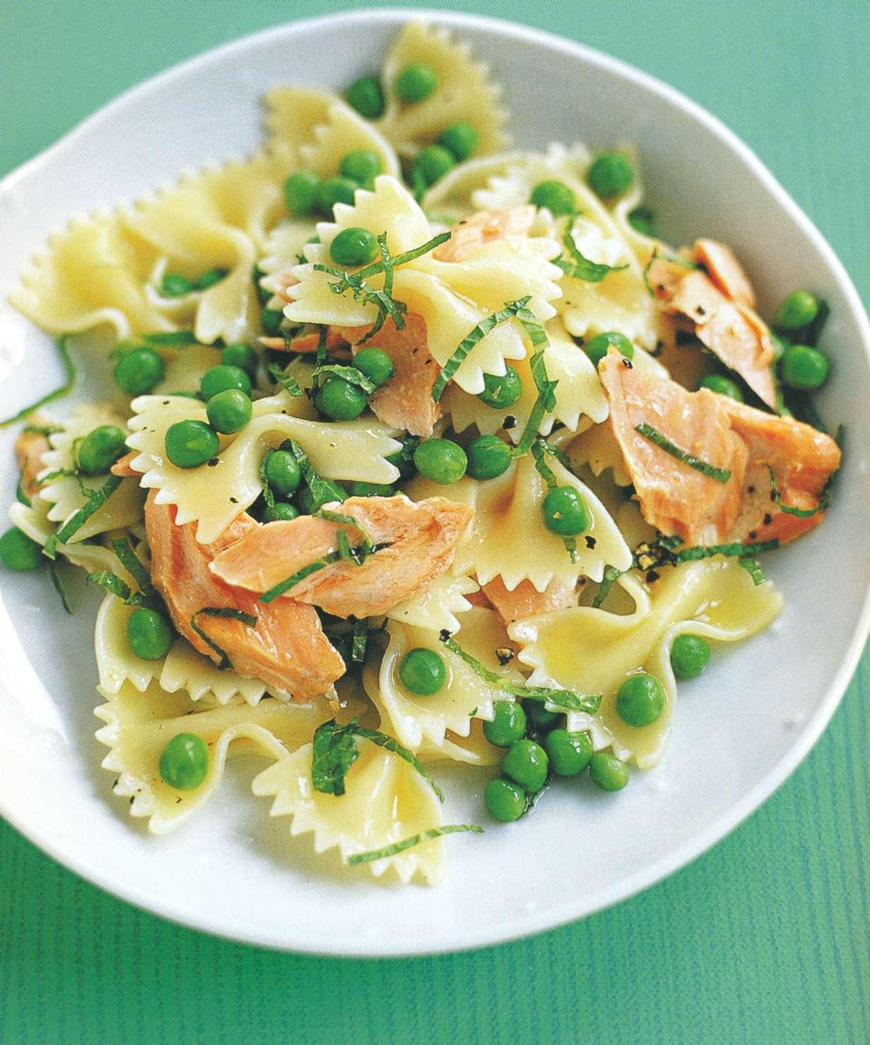 Рецепт: фарфарлле с лососем, мятой и горошком