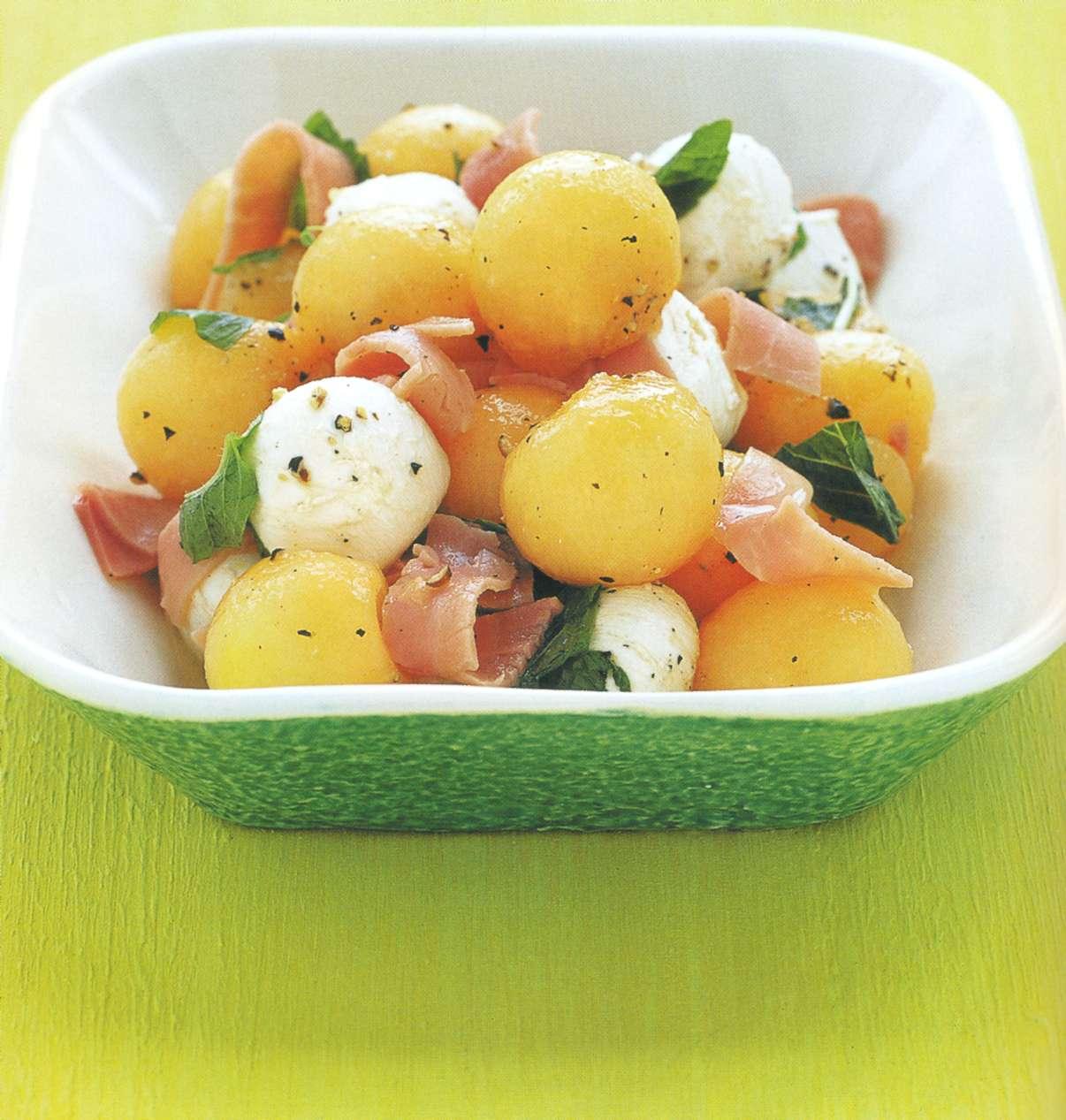 Рецепт: салат из дыни канталупы и боккончини с мятой