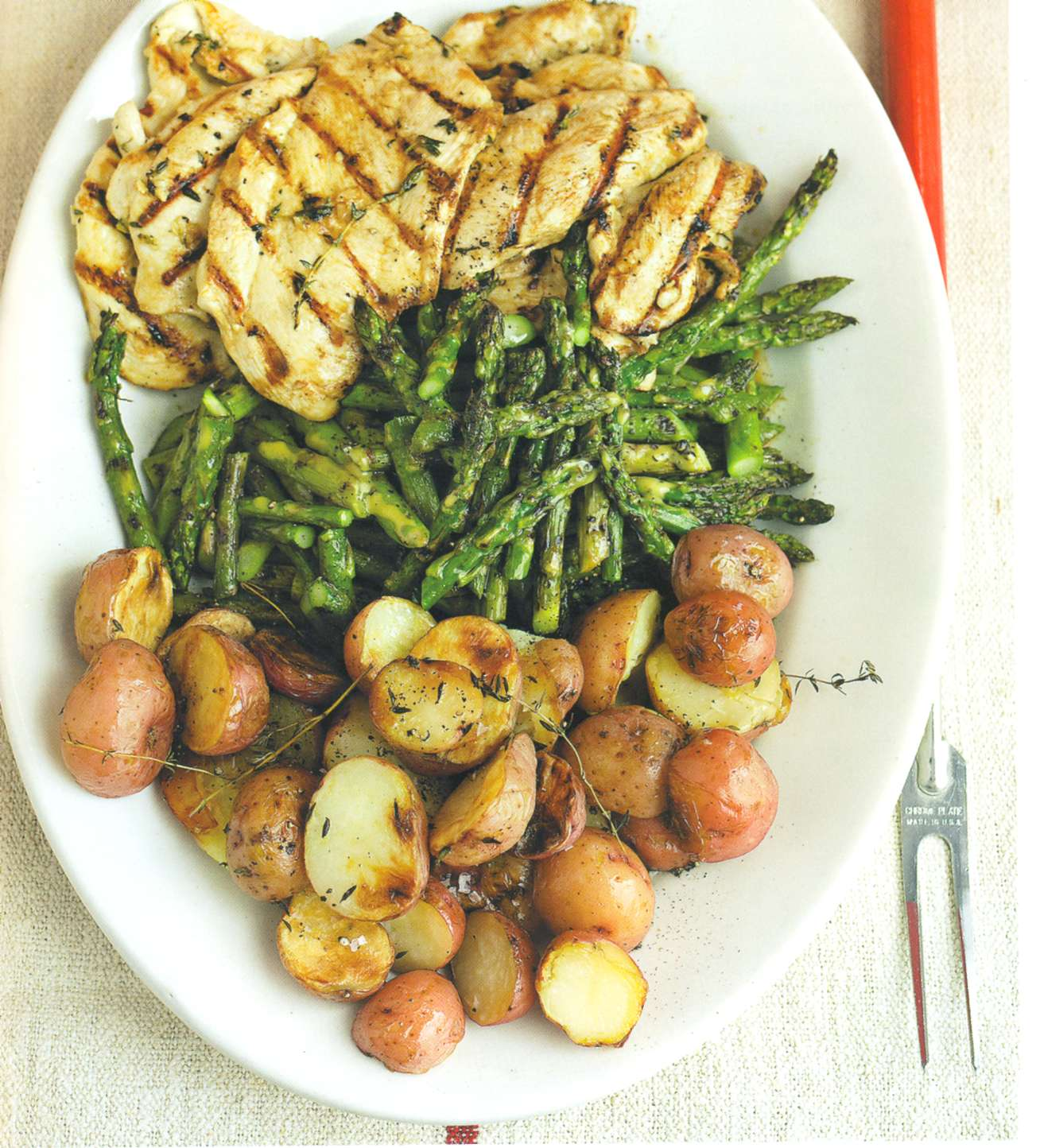 Рецепт: замаринованные в чесноке куриные отбивные с картофелем на гриле