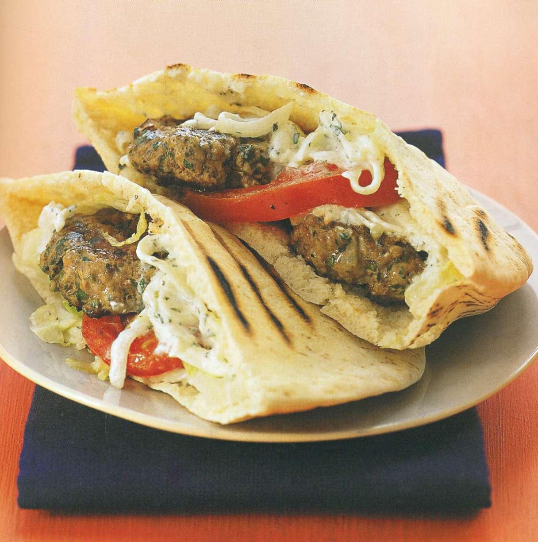 Рецепт: мини-бурнеры с бараниной в греческом стиле