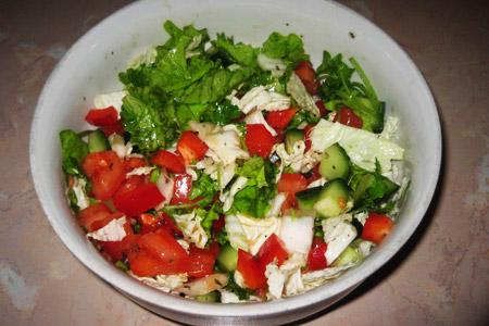 Легкий весенний салат с заправкой из оливкового масла и уксуса