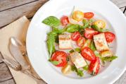 Салат с гренками и помидорами