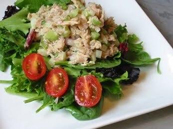 Салат с жареной рыбой, свежими огурцами и редисом
