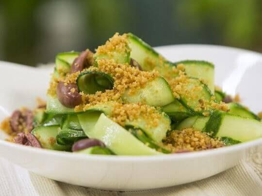 Салат из оливок и огурцов