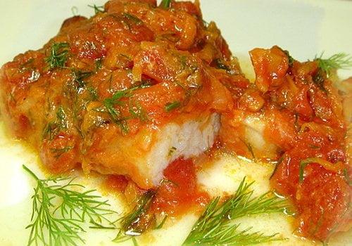 Рыба тушеная с помидорами — рецепт