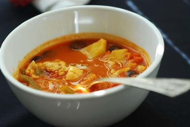 Рыбный суп с перцем и оливками.