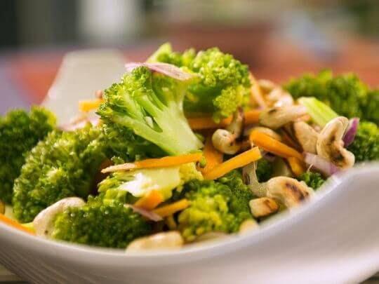 Азиатский салат с брокколи