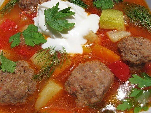 Густой баварский суп с фрикадельками и кабачками