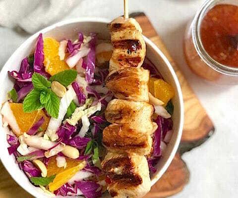 Хрустящий салат в азиатском стиле с куриными (или тофу) шпажками