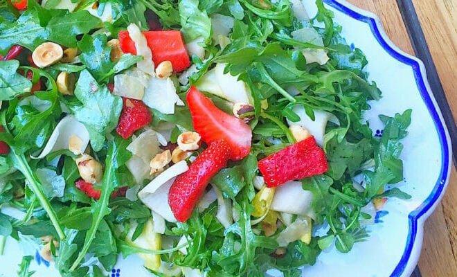 Клубничный салат из рукколы с поджаренным фундуком