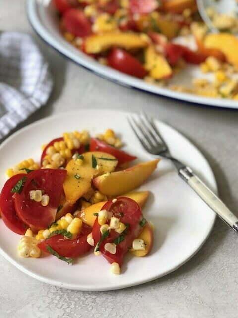 Салат из персиков, томатов и кукурузы с халапеньо, базиликом и мятой