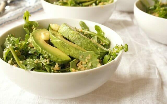 Салат из рукколы и киноа с авокадо и беконом