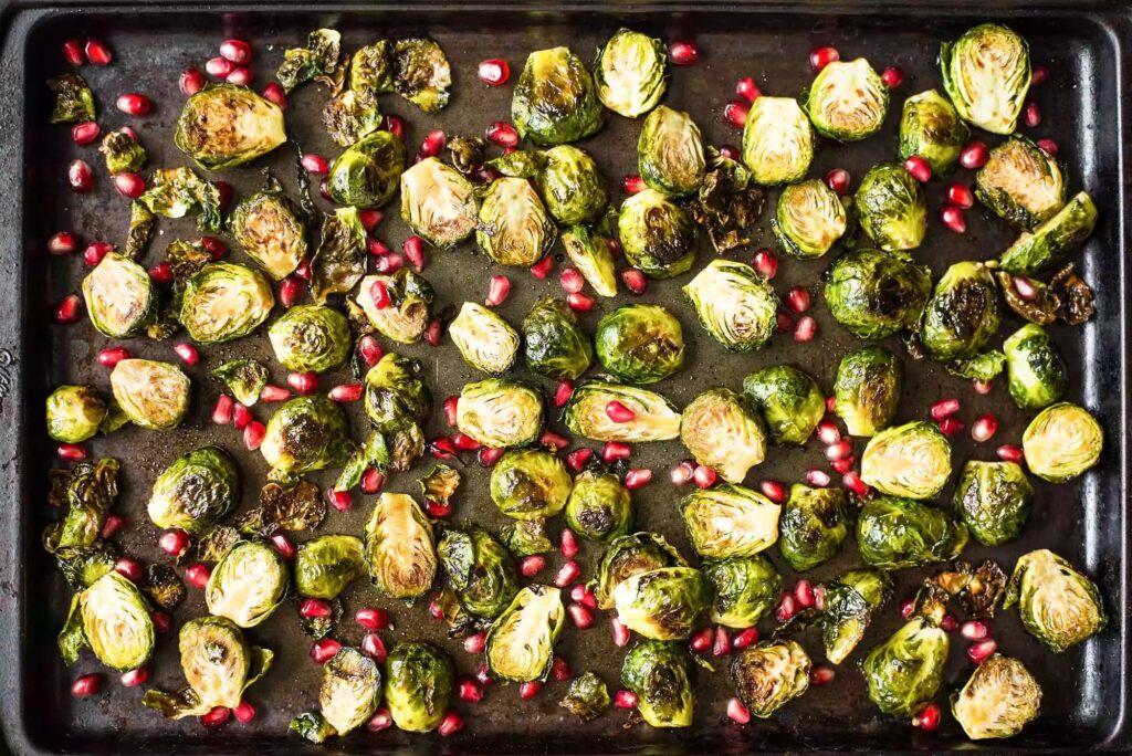 Жареная брюссельская капуста в гранатово бальзамической глазури