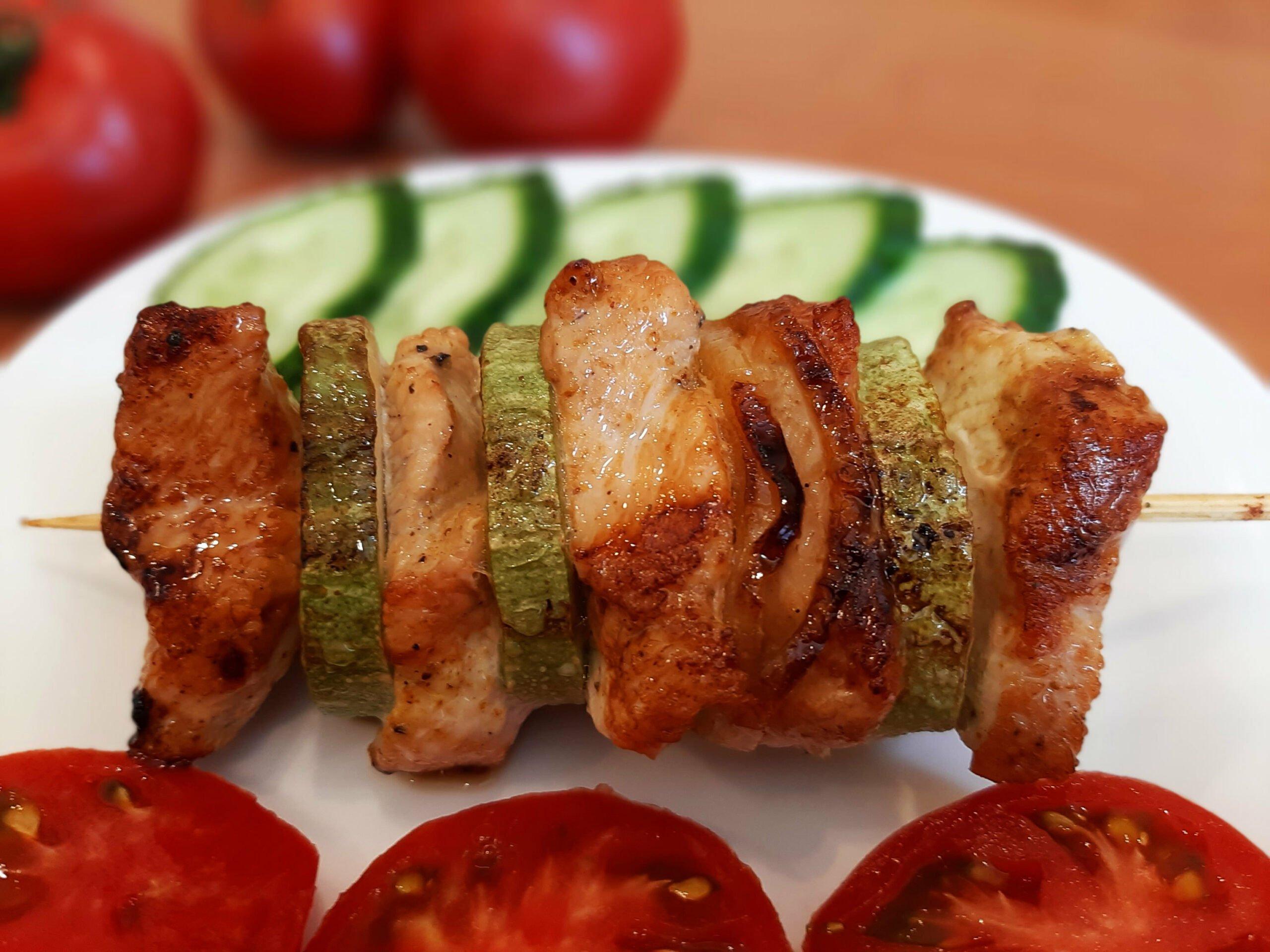 Индейка на шпажках с овощами
