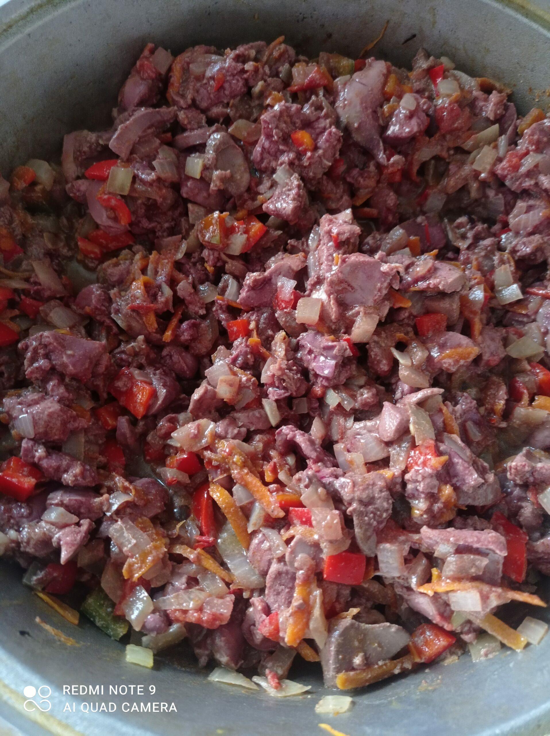 Печень куриная тушеная с овощами