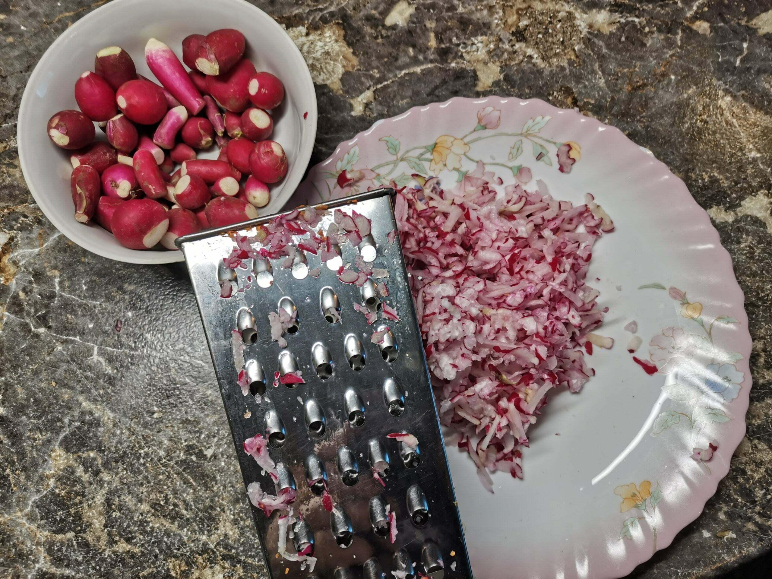 Простая окрошка с необычным ингредиентом — ботвой редиски