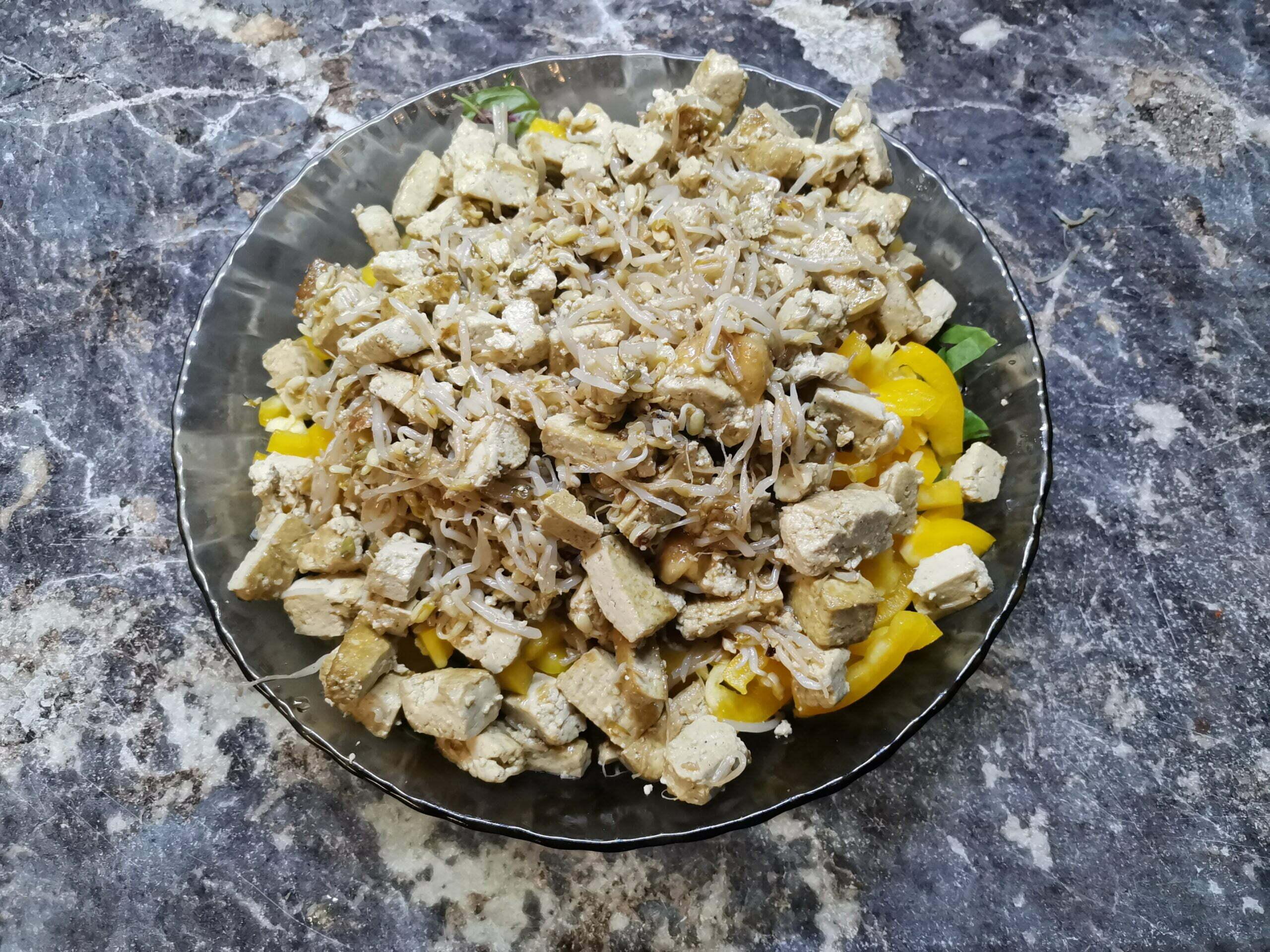 Салат из тофу, сои и овощей