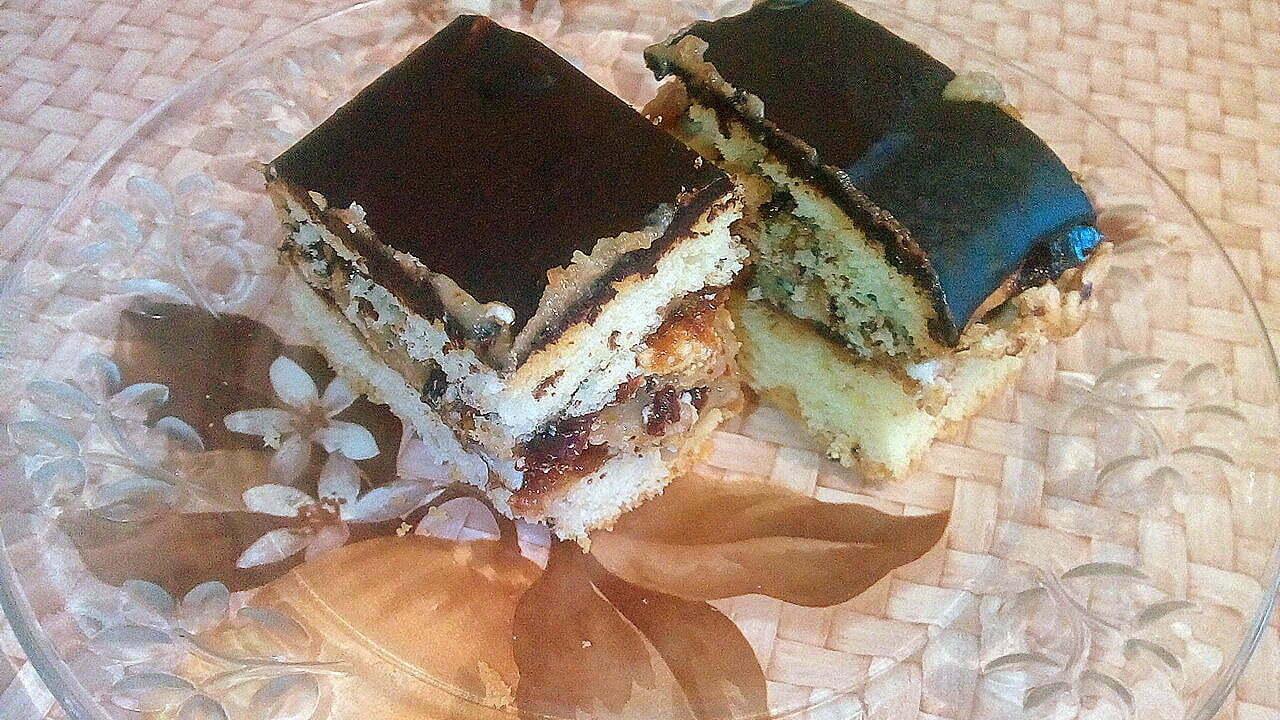Песочный пирог с повидлом, орехами и кремом из сгущенки