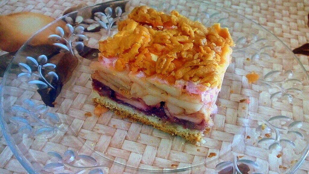 Яблочный пирог со смородиновым вареньем и безе